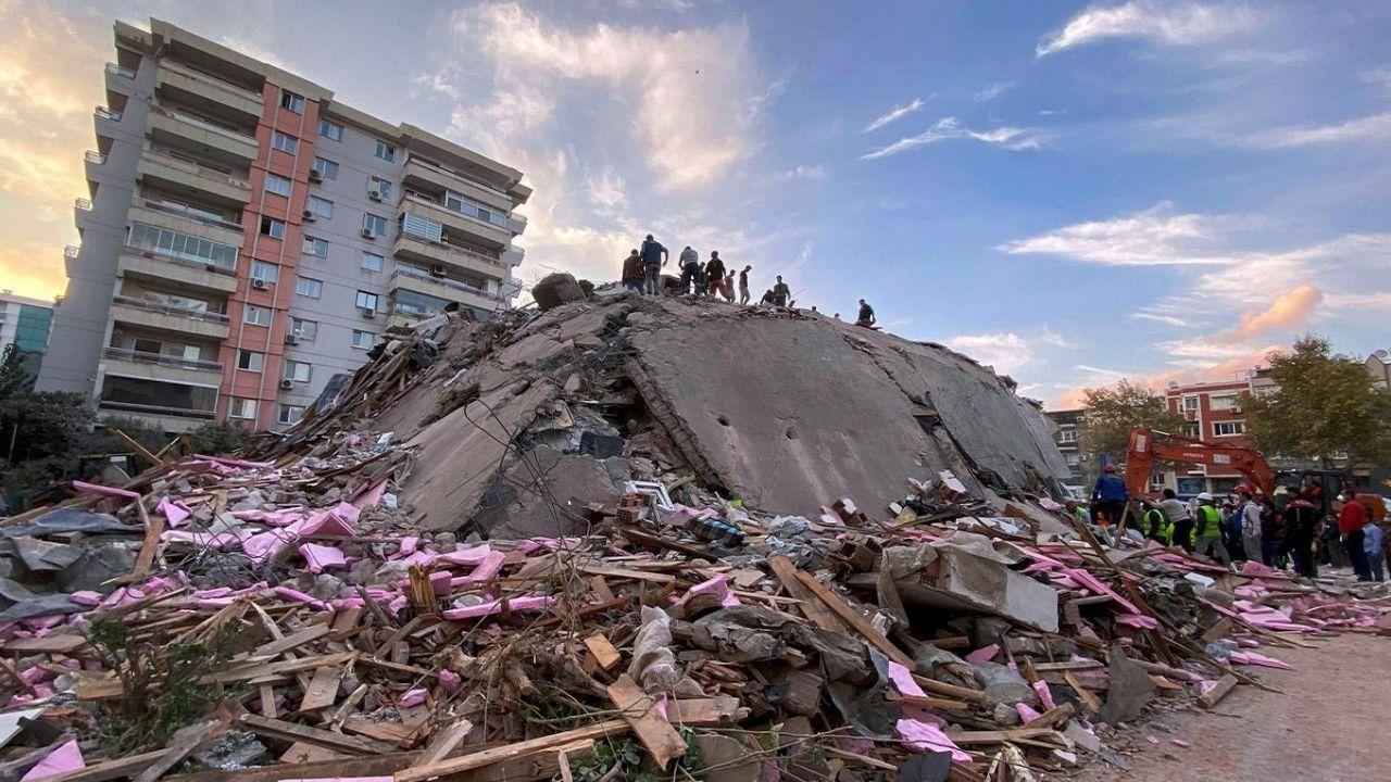 izmir bayraklı yıkılan bina