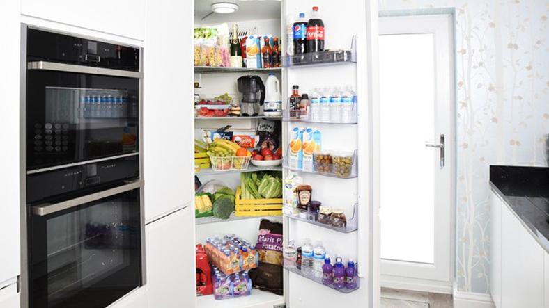 kapısı açık buzdolabı