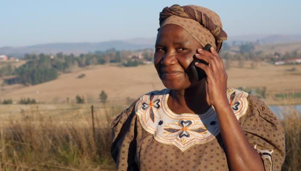 Telefon kullanan bir kadın