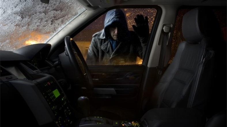 hırsız araçtan elektronik çalma