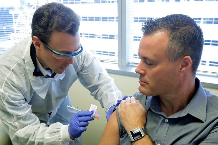 Son Dakika!ABD'de Geliştirilen Corona Virüsü Aşısının İnsanlara Enjektesinden İlk Görüntü Geldi... ile ilgili görsel sonucu