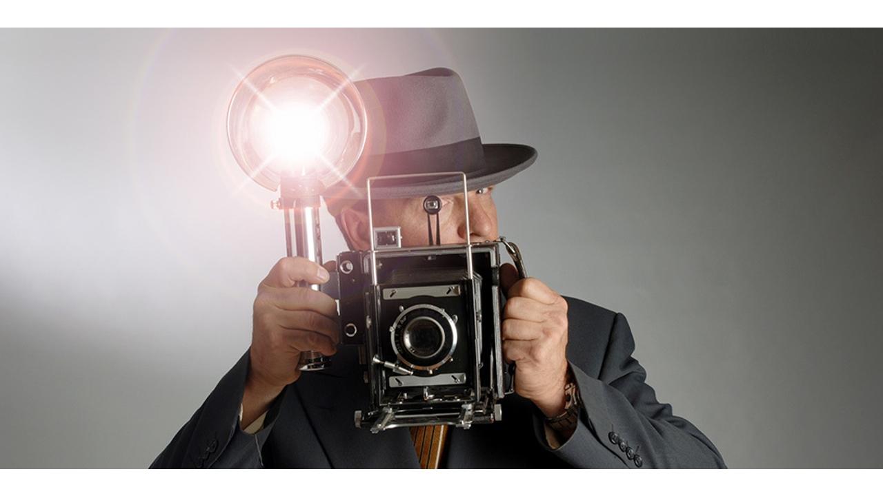 Flaşı patlayan bir fotoğraf makinesi