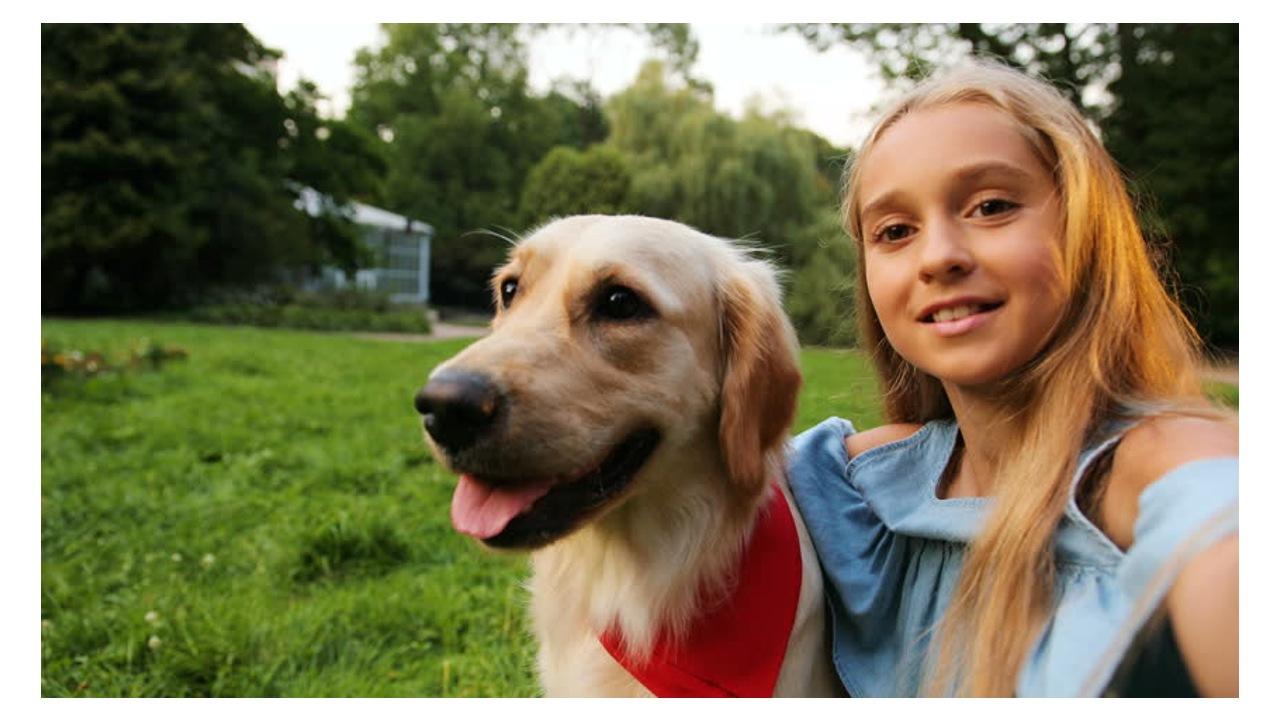 Selfie çeken bir kız ve köpek