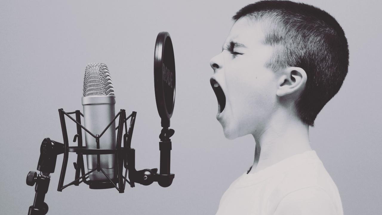 Şarkı söyleyen bir çocuk